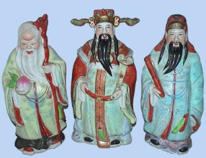 The three Stargods : (from the left) Shou-xing the Deity of Longevity (壽星, the Deity of Longevity), Lu-xing (祿呈, the Deity of Rank and Promotion), Fu-xing (福星, the Deity of Happiness, usually with a boy in his arm)