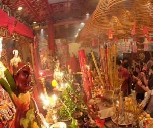 Inside the temple (在廟宇拜神)